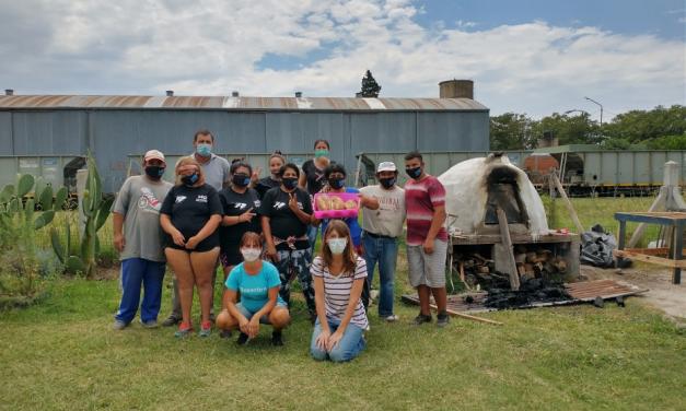 En el último año la Municipalidad triplicó los talleres de construcción de cocinas de adobe